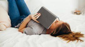 Fille qui s'endort sur son livre