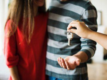 Couple qui reçoit les clés de son nouveau logement avant son déménagement