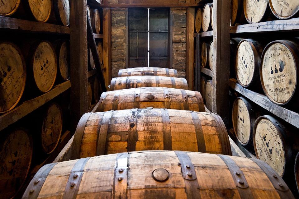 Fûts utilisés pour le vieillissement du whisky dans une distillerie