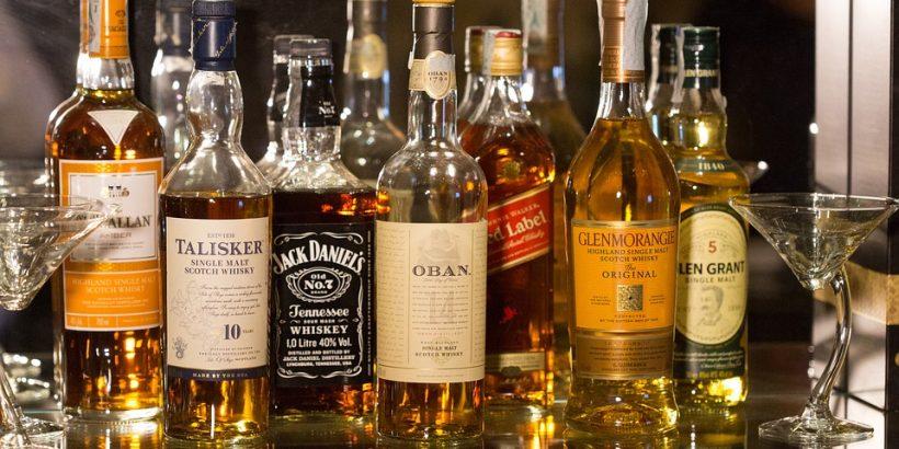 Bouteilles de whisky de marques différentes posées côte à côte