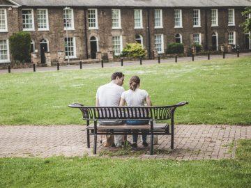 Un couple sur un bancs