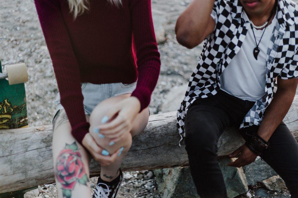 Jeunes assis sur un banc