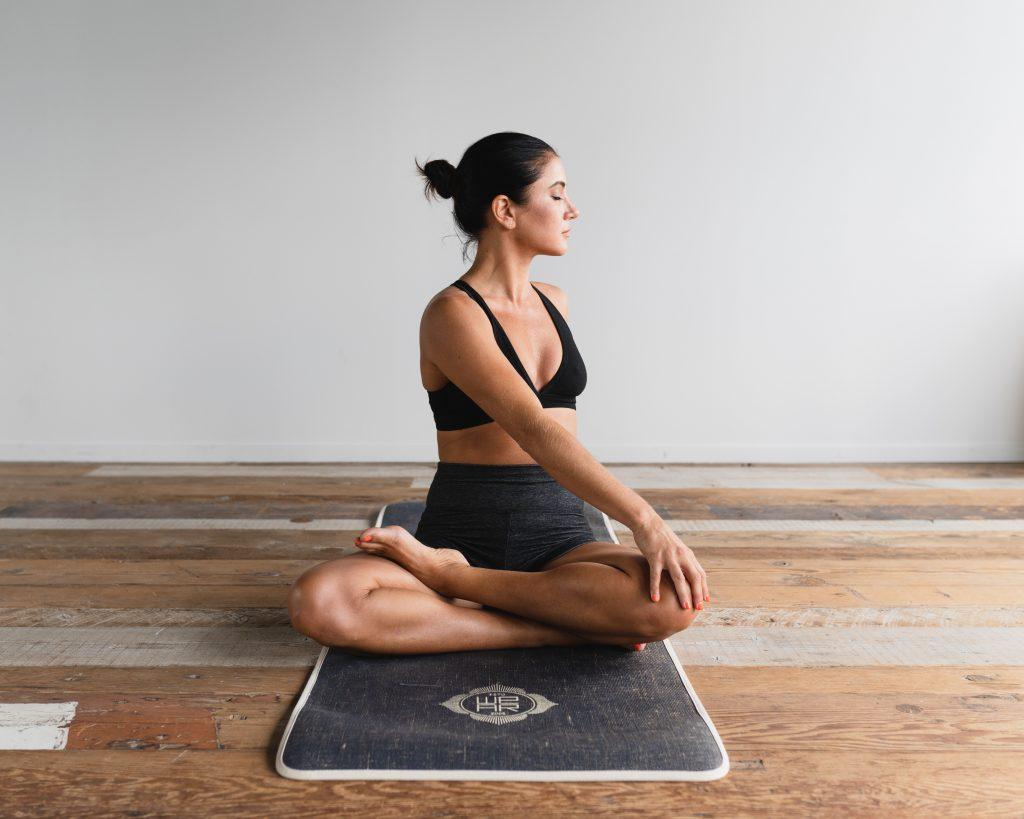 Une femme en posture de yoga pour étirements