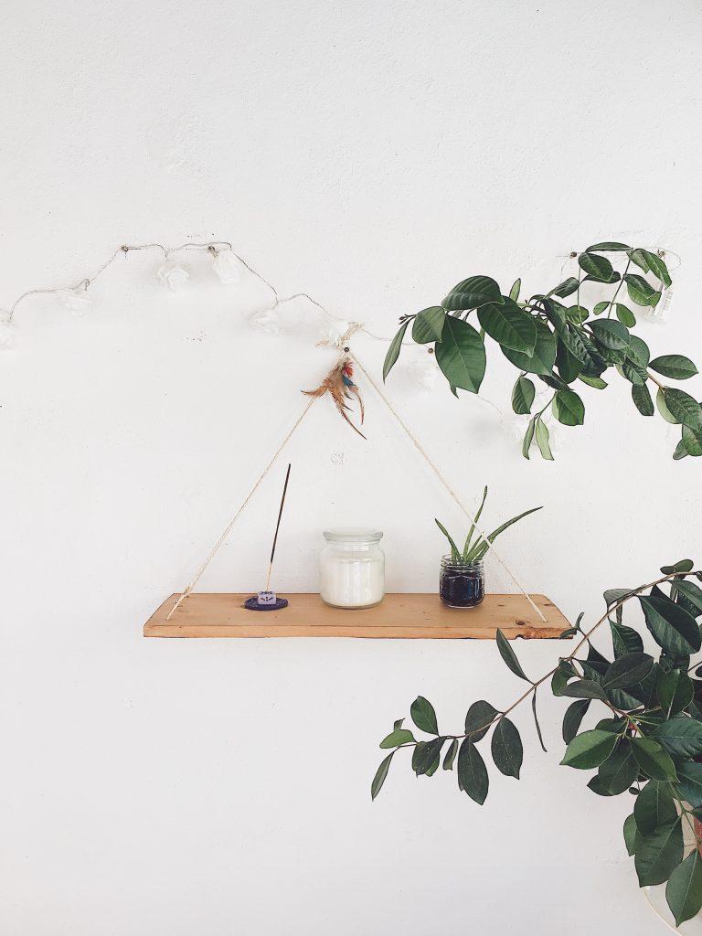 décoration épurée avec tablette en bois encens bougie et plantes