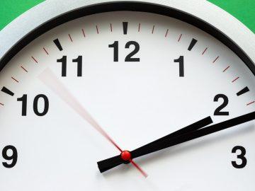 Horloge blanche en gros plan
