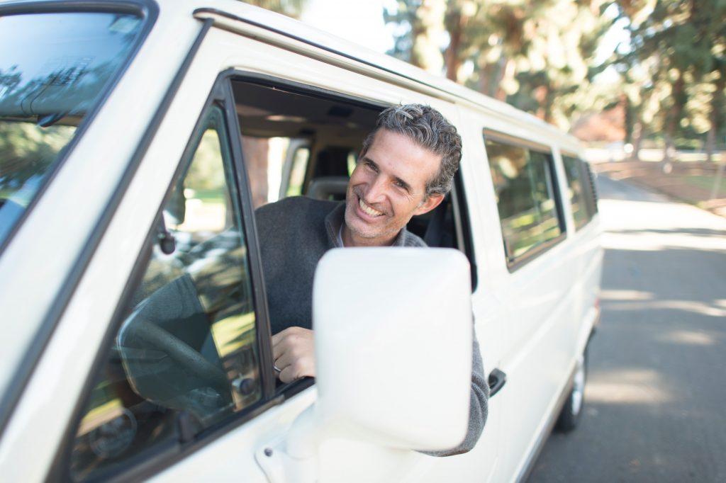 homme qui conduit un van