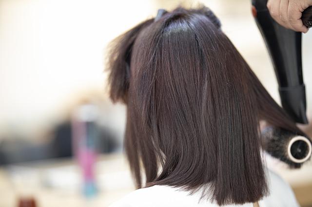 coiffeur à domicile coiffe une cliente