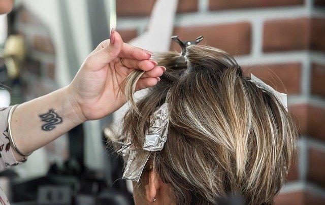 une personne se fait coiffer à domicile