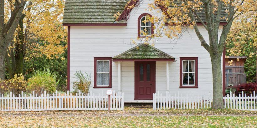 maison entourée d'une clôture en bois