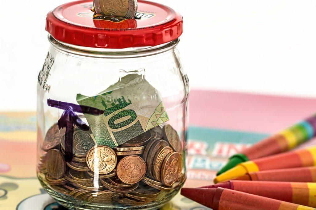 pièces de monnaie dans un bocal en verre
