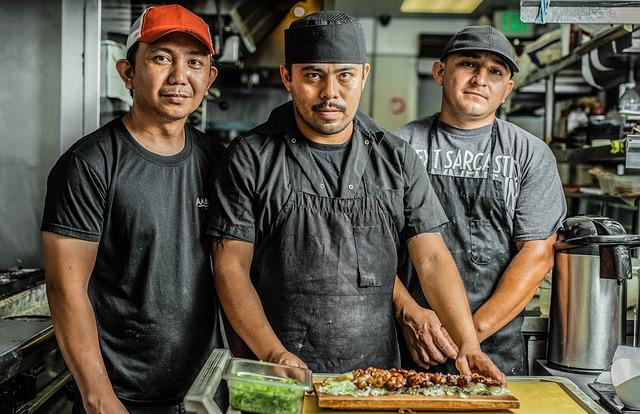 trois chef qui cuisinent