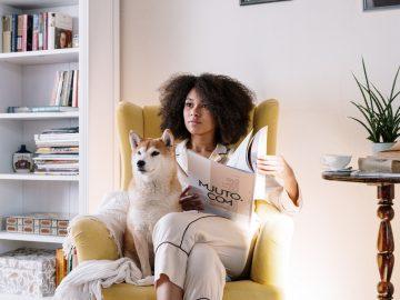 femme assise avec son chien dans un fauteuil
