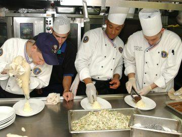 trois personnes qui cuisines