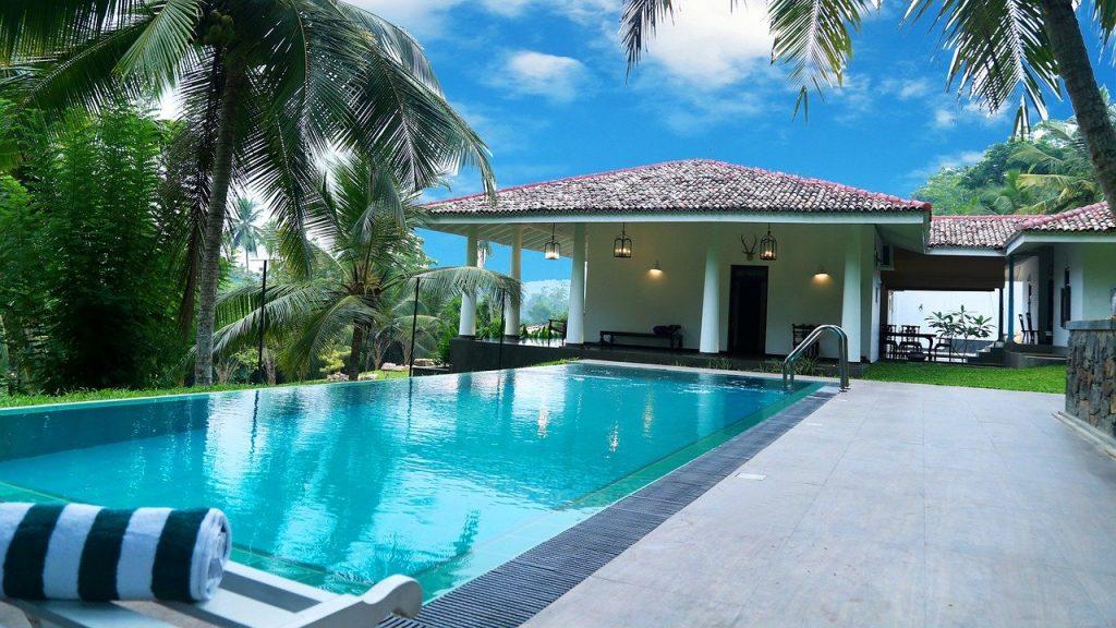 piscine avec maison en fond