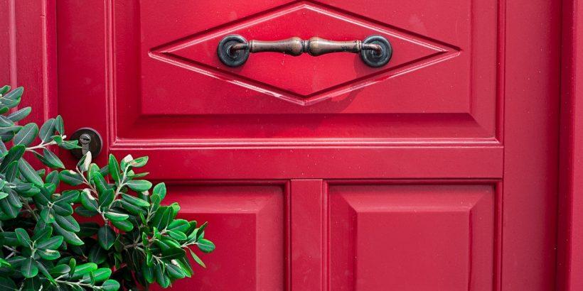 porte d'entrée peinte en rouge