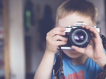 enfant avec un appareil photo numérique réflex