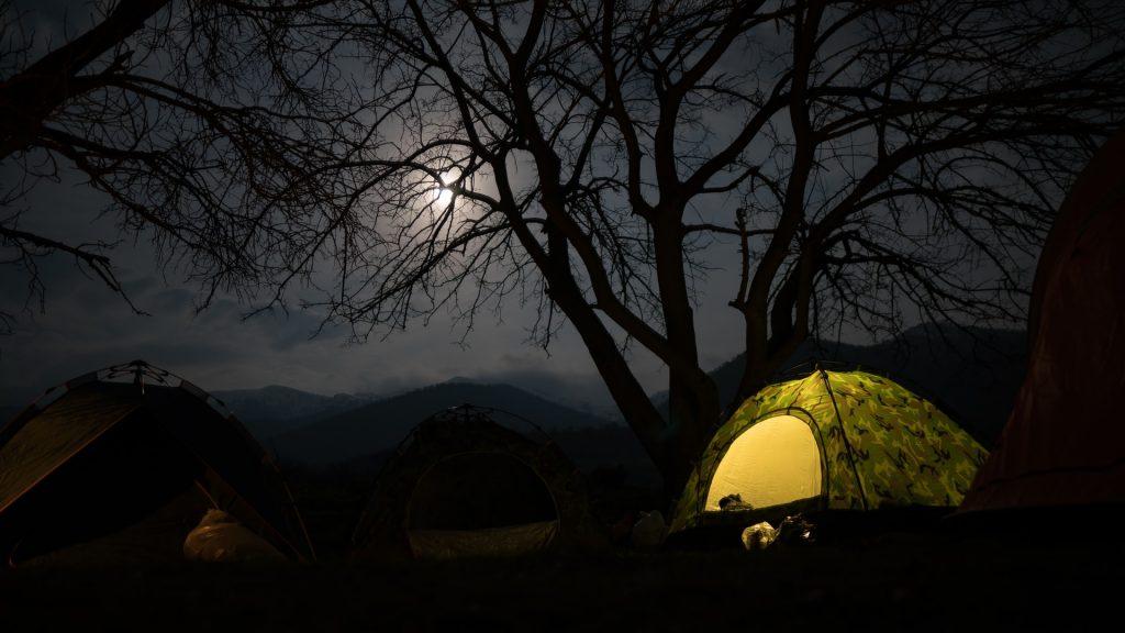 tente de camping dans la nuit