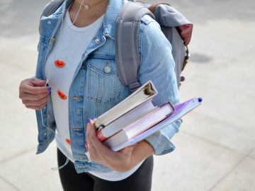 femme allant à l'école