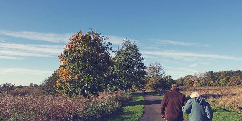 senior marchant dans la campagne