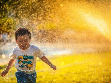 enfant 2 an sous un jet d'eau